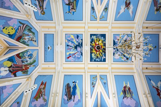 Toivakan kirkon kattomaalauksiin on ujutettu kristillistä symboliikkaa. Taiteilija sai symbolien keksimiseen apua isältään, joka oli eläkkeellä oleva kirkkoherra.