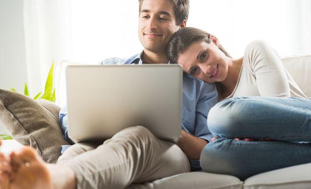 Mikäli lakiehdotus menee läpi, viiden avoliittovuoden jälkeen miehen ja naisen välinen suhde rinnastettaisiin virallisesti rekisteröityyn avioliittoon. Kuvituskuva.