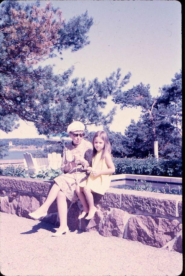 Sylvi ja Tea Kekkonen presidentin kesäasunnolla Kultarannassa kesällä 1969.