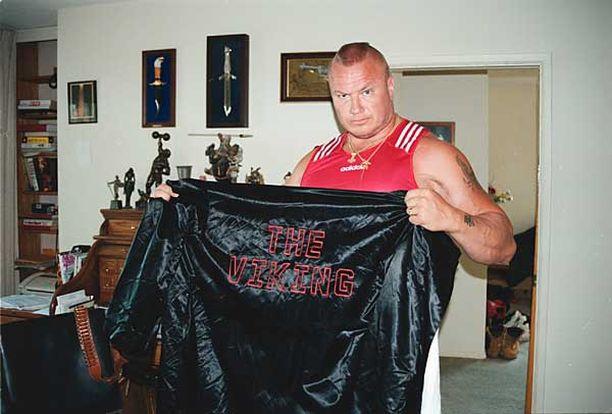 Halme esitteli nyrkkeilyviittaansa Iltalehdelle Los Angelesissa vuonna 1998.