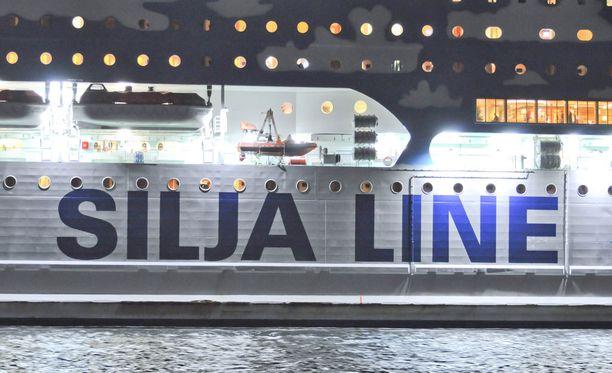 Lehtitietojen mukaan raiskaus tapahtui opiskelijaristeilyllä Silja Line Galaxyllä, joka risteilee Turun ja Tukholman väliä.