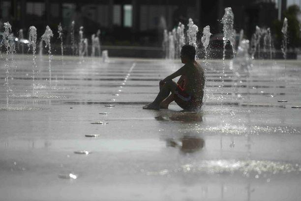 Mies istui suihkulähteen alla Cordobassa.