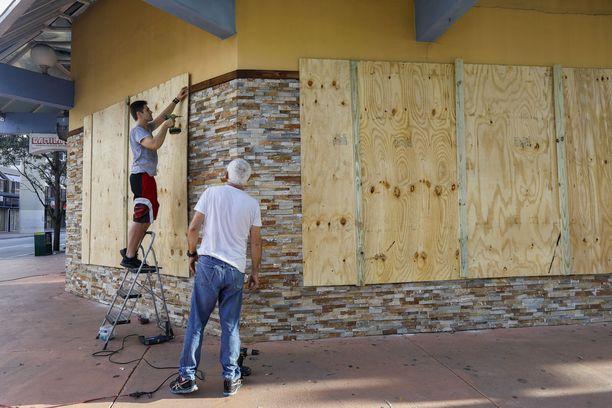 Ihmiset ovat eri puolilla Floridaa valmistautuneet hirmumyrskyyn muun muassa laudoittamalla rakennusten ikkunat. Kuva Floridan Miamista.
