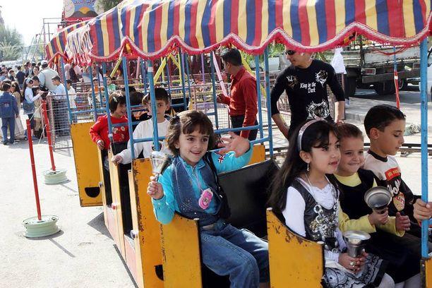 Syyrialaislapset soittivat kelloja leikkipuiston junan kyydissä Damaskoksessa ennen sotaa lokakuussa 2007. Tuohon aikaan maan lasten lukutaitoprosentti oli käytännössä sata, nykyisin suuri osa lapsista ei pääse kouluun.