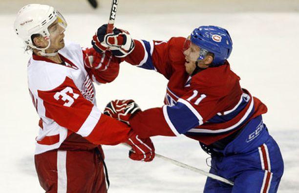 Montrealin Saku Koivu (oik.) kehottaa ottelun kolmannessa erässä Detroitin Mikael Samuelssonia siirtämään mailaansa.