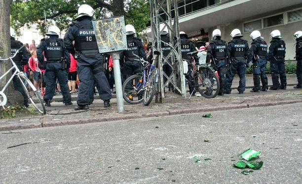 Poliisi sijoittui kannattajaryhmien vÀliin.