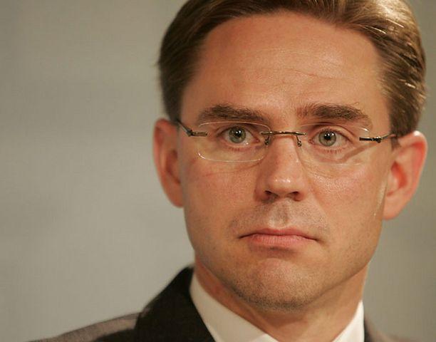 Jyrki Katainen ihmettelee SDP:n halua tukea presidentin valtaoikeuksia.<br>