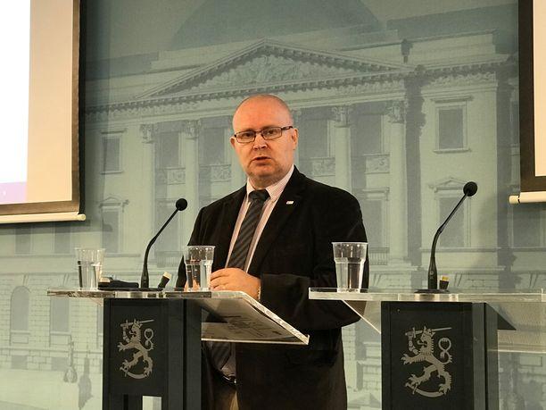 Työministeri Jari Lindström kertoi irtisanomislakiesityksen muutoksista.