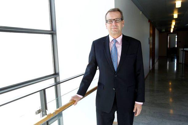 Sisäisen tarkastuksen kohteeksi joutunut Jarmo Viinanen on toiminut Suomen suurlähettiläänä Ruotsissa vuodesta 2014. Kesäkuussa 2015 hän poseerasi Iltalehden kuvaajalle ennen prinssi Carl Philipin häitä.