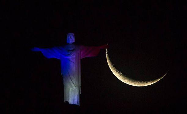 Kristus Vapahtaja -patsas valaistiin Ranskan väreihin Ranskan terrori-iskujen uhrien muistolle marraskuussa.