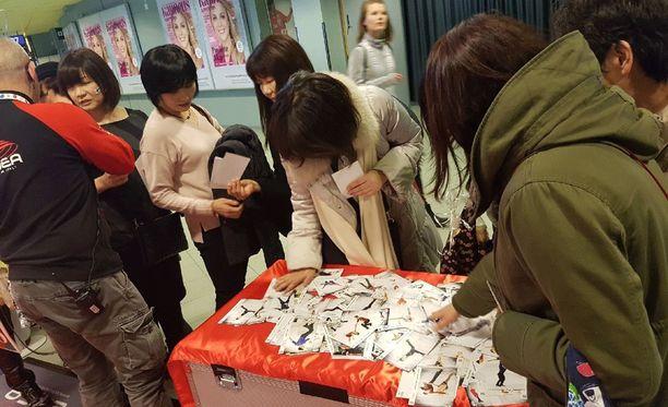 Kortit kiinnostivat japanilaisia.