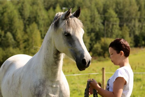 """Neljä päivää ennen kuolemaansa hevosia rakastanut Emilia kirjoitti: """"Nukahtaminen tuntuu hyvältä ajatukselta, sillä olen niin uupunut, etten jaksa enää edes puhua. Hapuilen kädellä peiton päältä, ja äippä auttaa vihon ja kynän mun käteen."""""""