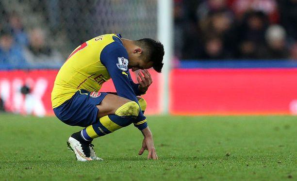 Alexis Sánchez näyttää, miltä tappio Britannia-stadionilla tuntuu.