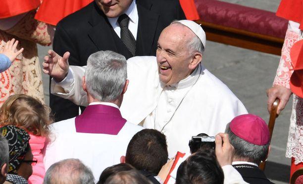 Paavin sanoista on syntynyt Italiassa epäselvyyttä, uutisoi The Guardian -lehti. Kuvassa paavi Franciscus Pietarinkirkon aukiolla 1.4.2018.
