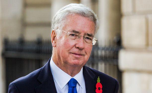 Puolustuministeri Michael Fallon on ensimmäinen poliitikko, joka joutui eroamaan Britannian poliitikkoja koskevien viime päivien seksipaljastusten takia.