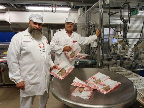 Leivo Oy:n toimitusjohtaja Harri Jaakkola ja tuotantopäällikkö, leipuri Anssi Räntilä taputtelevat Runebergin torttuihin tarvittavaa pumppukonetta, jolla vahingossa syntyivät pienet menestyspallerot eli Boltsit viime marraskuussa.