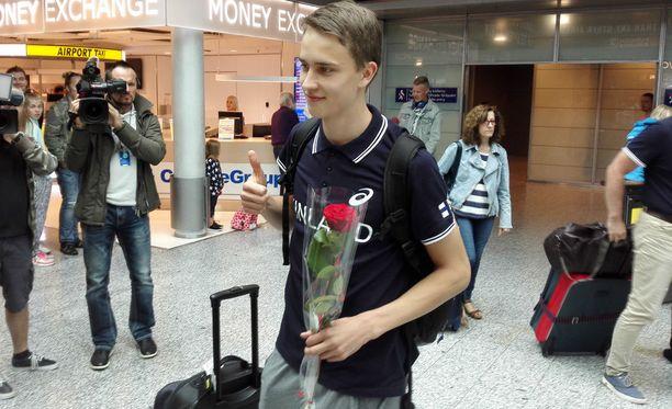 Tuore EM-hopeamitalisti Simo Lipsanen kukitettiin Helsinki-Vantaan lentoasemalla.
