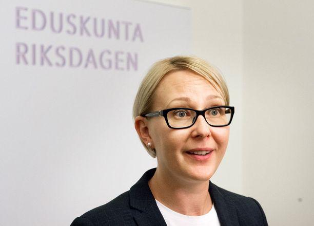 Idean viikon palkkion lahjoittamisesta esittivät puhemiehet Maria Lohela (ps, kuvassa) ja Mauri Pekkarinen (kesk).