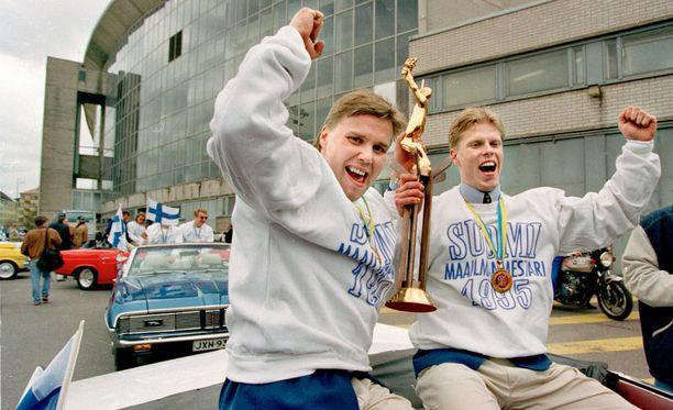 Kapteeni Timo Jutila (vas.) ja Saku Koivu juhlivat Leijonien ensimmäistä MM-kultaa 1995.