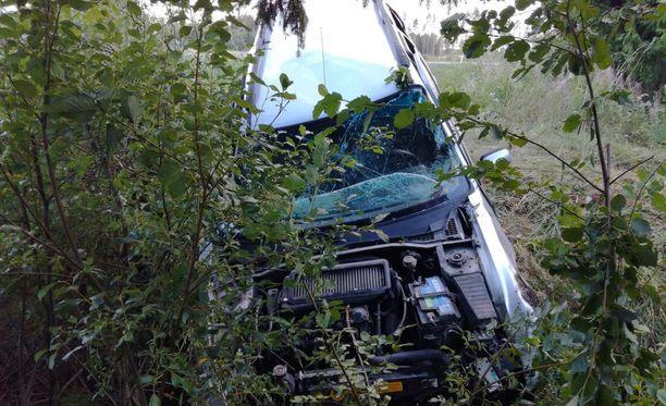 Auto vaurioitui pahoin rajussa ulosajossa, mutta kuljettajalla ei ollut näkyviä fyysisiä vammoja.