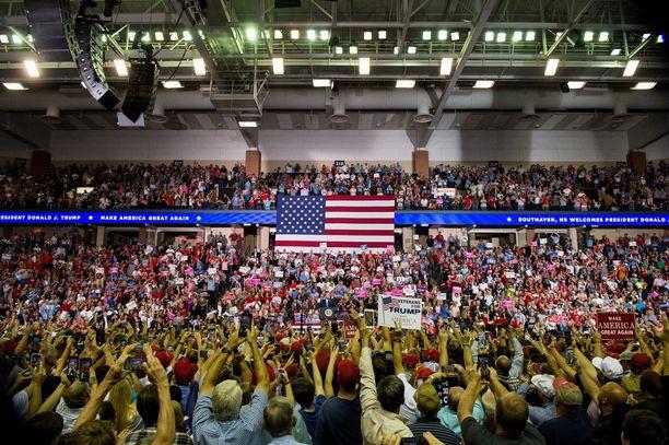 Trumpin kannattajat hurrasivat, kun presidentti pilkkasi Christine Blasey Fordia.