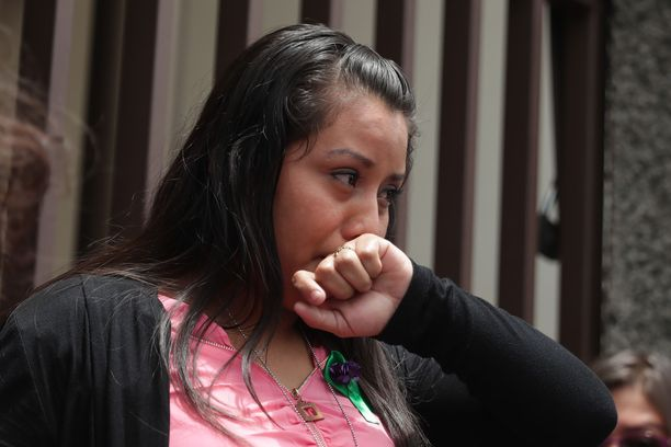 Evelyn Hernández puhkesi kyyneliin kuullessaan, että hänen murhasyytteensä on kumottu historiallisessa oikeudenkäynnissä.