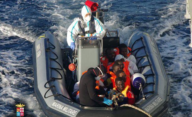 Italian viranomaiset julkaisivat kuvan, jossa Eurooppaan pyrkiviä pelastetaan Välimerestä.