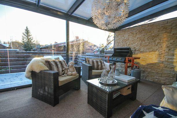 Tunnelmallinen lasiterassi oli yksi suosituimmista kuvista. Terassin nurkassa grilli odottelee kokkaajaa.