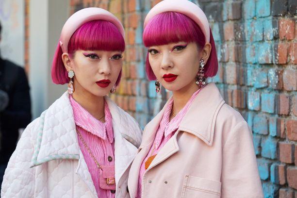 Maailman seuratuimmat katutyylikaksoset Ami ja Aya Suzuki näyttäytyivät Milanon muotiviikolla söpön pinkissä luomivärissä.