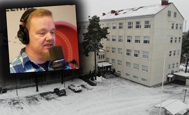 Radiojuontajanakin sittemmin työskennellyt Sampsa Simpanen oli viereisessä pulpetissa, kun syrjityksi itsensä kokenut luokkatoveri ampui kaksi oppilasta Raumanmeren yläasteella.