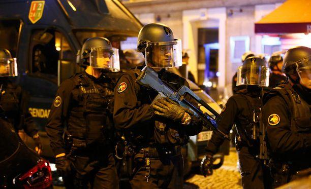 Poliiseja tapahtumapaikalla torstaina illalla.