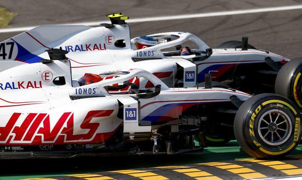 Nikita Mazepin ja Mick Schumacher jatkavat Haas-tallissa ensi kaudella.