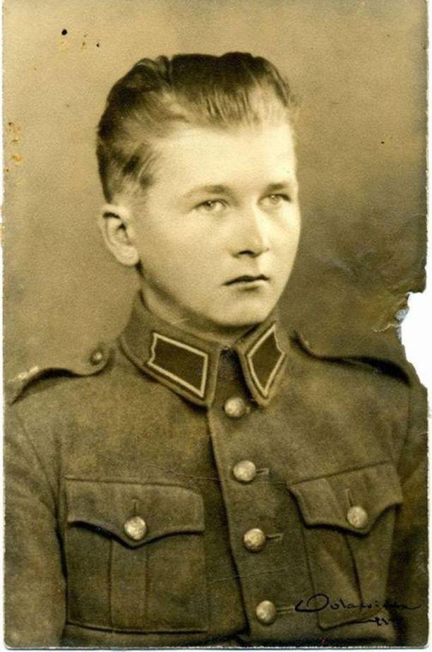 Tämän kuvan Sirkka-Liisa Kontion äiti oli säilyttänyt lipaston laatikossaan. Kuva ja nimi olivat aluksi lähes ainoa tieto, joka Kontioilla oli.