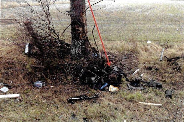 Moottori ja muita osia jäi puun juurelle.