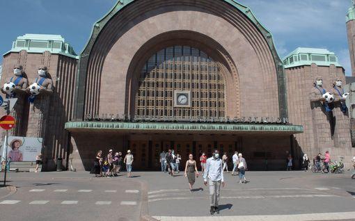 EM-huuma kasvaa – Helsingin rautatieaseman kivimiehetkin pukeutuivat Huuhkaja-asuun