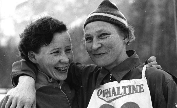 Voitokkaat hiihtäjät Pirkko Korkee ja Siiri Rantanen kuvattiin yhdessä vuonna 1959.