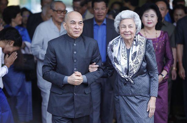 Kambodzhassa ja Thaimaassa on levinnyt äskettäin Facebookin kautta pilakuva kuningas Norodom Sihamonista. Tässä kuvassa Norodom Sihamoni äitinsä, kuningataräiti Norodom Monineathin kanssa.