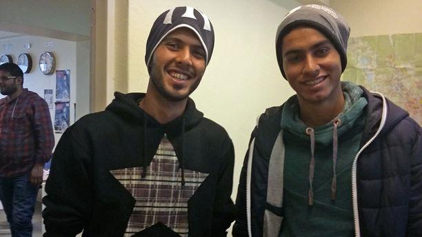 Irakilaisveljekset haluavat oppia suomea ja etsivät futistreenipaikkaa.