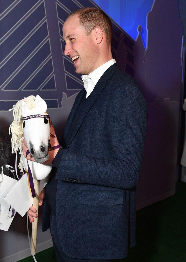 Williamille annettiin Slush-tapahtumassa Helsingissä lapsille kotiinviemisiksi kaksi keppihevosta.