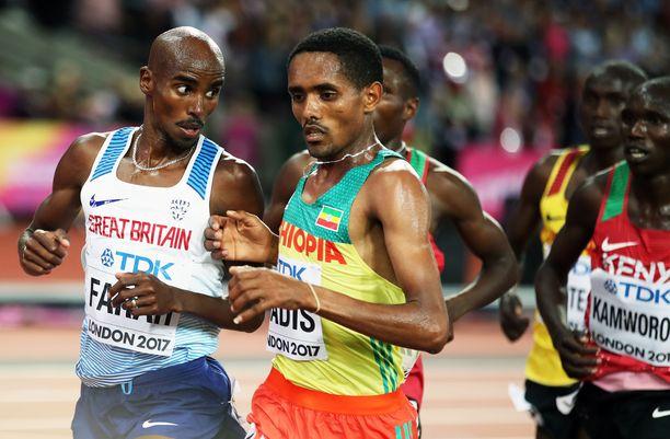 Abadi Hadis (oikealla) juoksi Lontoon MM-kisoissa kuusinkertaisen maailmanmestarin, Mo Farahin rinnalla.