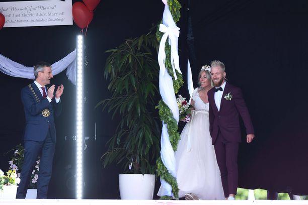 Saksalaispariskunta avioitui ystäviensä ja sukulaistensa katsellessa.