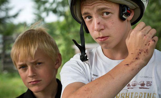 RUHJEITA Veljekset Aleksi, 13, ja Roope, 14, säikähtivät pahanpäiväisesti poliisin ampuessa etälamauttimella Roopea. Takaa-ajon päätteeksi hiekkatiellä kaatunut isoveli sai ruhjeita molempiin käsiinsä.