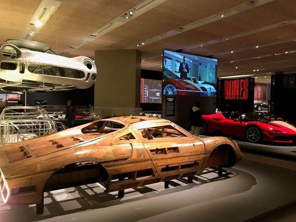 Alunperin Ferrarin legendaariset muodot muotoiltiin malleihin puusta. Nykyisin ne tehdään savesta. Taustan punainen, Japanin markkinoille valmistetun auton malli on toiselta puolelta savea. Kyseistä autoa valmistettiin vain kymmenen kappaletta.