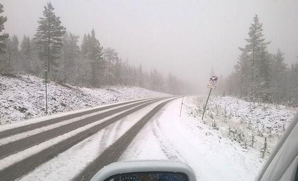 Ylläkselle saatiin tänään valkoinen lumipeite.