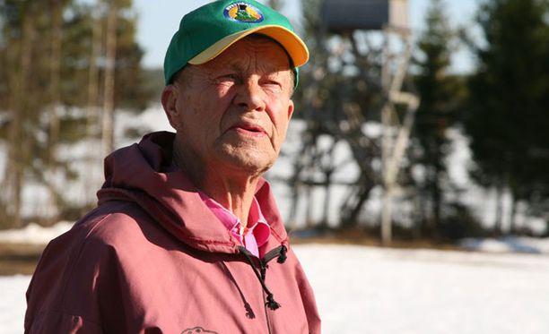 Sammakoiden kanssa seurusteleva Taisto Heikkinen kuuntelee muutenkin luontoa tarkasti.