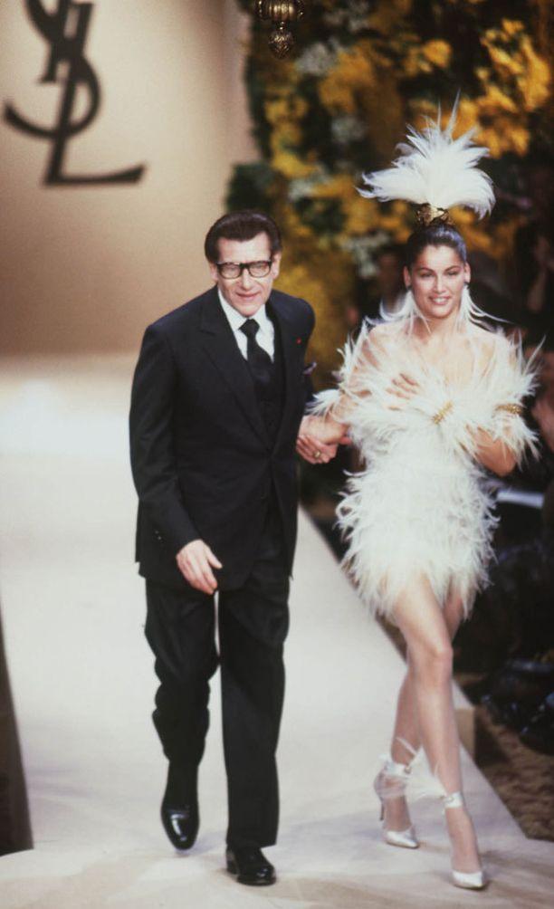 Suunnittelija Yves Saint Laurent vuoden 2000 haute couture -malliston näytöksessä.