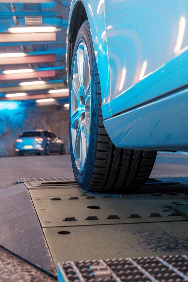 Laite skannaa renkaat automaattisesti, mutta raportti pitää tilata erikseen.
