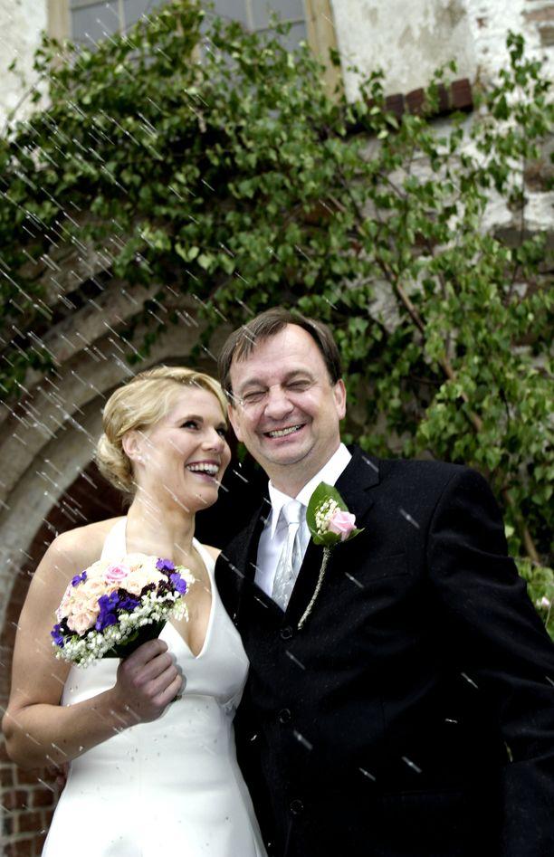 Hjallis Harkimo ja Merikukka Forsius menivät naimisiin 10.6.2004. Avioliitto päättyi alle vuodessa.