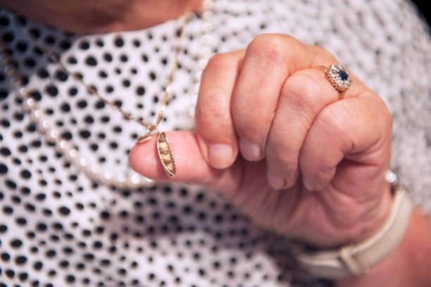 Maarit Tyrkkö on pitänyt kultaista venekorua kaulassaan vuodesta 1975. UK, kuten Tyrkkö presidenttiä kirjassa kutsuu, antoi sen hänelle. Myös julkaisutilaisuudessa kaulassa komeilleet helmet ovat lahja presidentiltä.