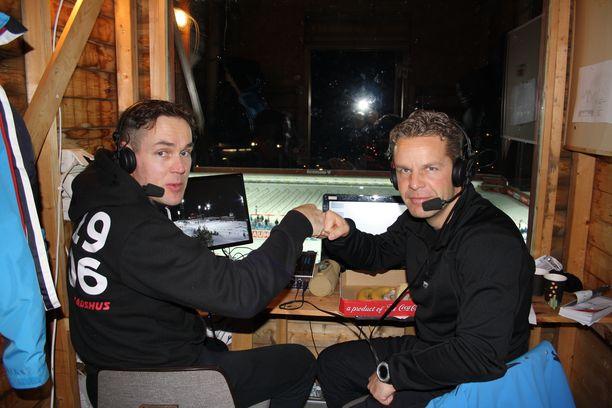 Jussi Eskola Östersundin ampumahiihtostadionin selostuskopissa joulukuussa 2014. Paavo Puurunen (vas.) toimi asiantuntijakommentaattorina.